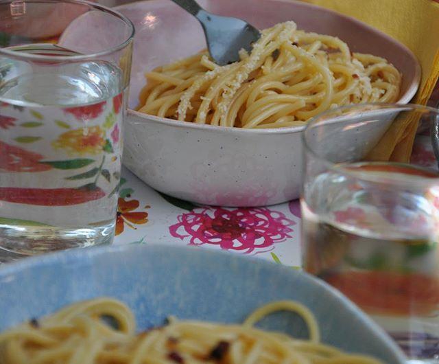 Klassieker; spaghetti met knoflook, olijfolie en peperoncino! Wanneer ik over de eenvoud van Italiaans eten spreek komt 9 van de 10 keer dit gerecht ter sprake. Iedereen kent het en iedereen houdt er van! 😊 Ik maak echter nog veel meer heerlijke 'eenvoudige' gerechten en deze zijn allemaal te bestellen! Hou je van Italiaans eten? Neem contact met me op! Groet, Niels van Toia 😊🍝🥂#italiaanseten #klassieker #spaghetti #aglioolio #peperoncino #knoflook #olijfolie #pasta #eenvoudige #gerechten #Italiaans #Italiaanseten #bestellen #catering #kokaanhuis #toia