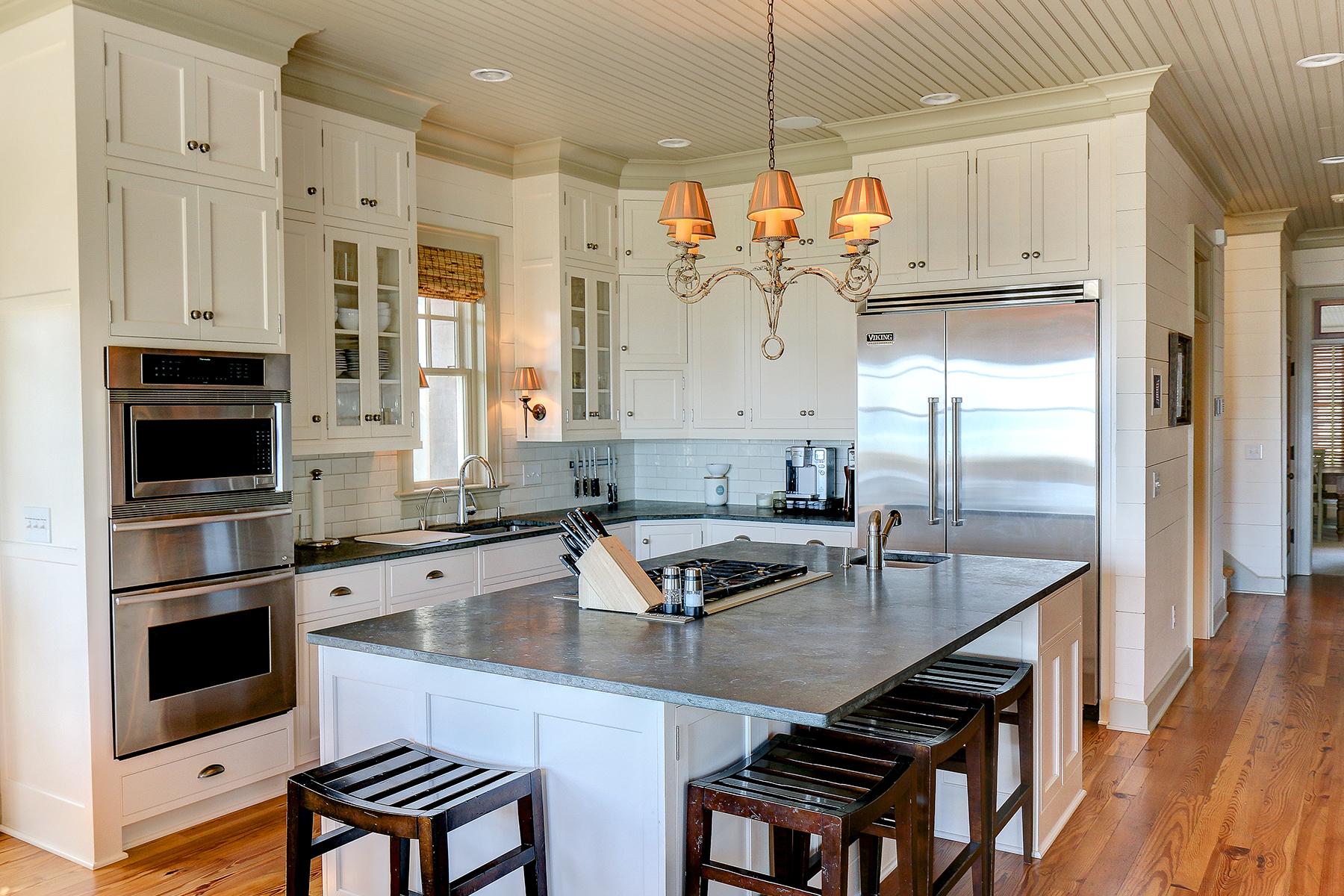 1107 Deb - kitchen MLS.jpg