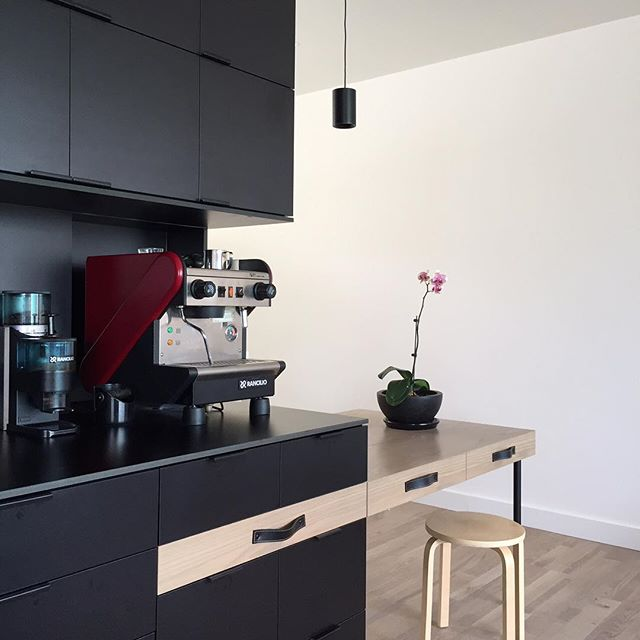 Our office kitchen now complete with @temperaturedesign TW pendant and leather strap handles from @mademeasure... plus THAT coffee machine ☕️#coffee #interiordesign #kitchendesign