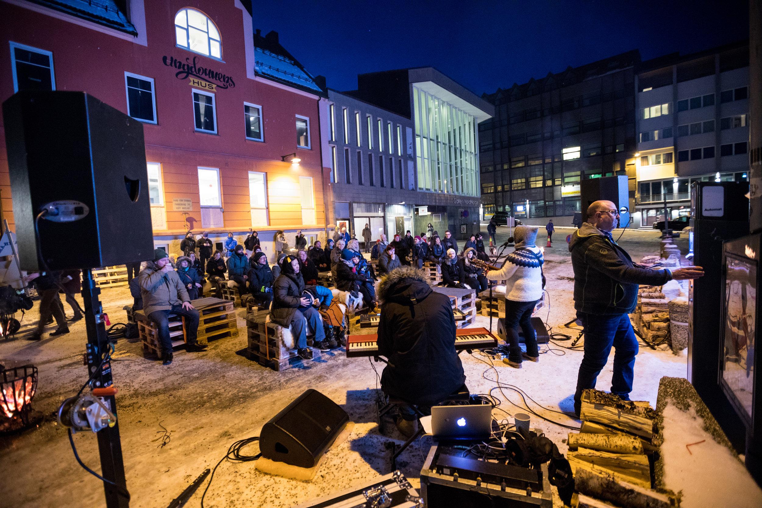 I fjor lå ILIOS-Lounge ved Harstad Kino. Bildet av mannen som betalte parkering mens Tonje Unstad spilte ute ble en hit i sosiale medier. I år ligger ILIOS-Lounge i Rikard kaarbøs gate, altså gågata mellom Torget og havna, ved Bark og Outsider Art.