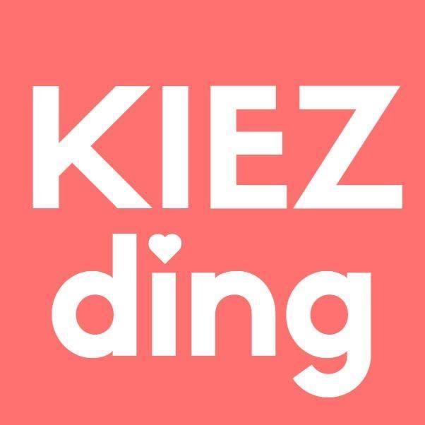 """KIEZding   … ist ein neu geschaffener """"Raum im öffentlichen Raum"""" zur Förderung des gesellschaftlichen Miteinanders. Das KIEZding ist vergleichbar mit einem """"überdachten Marktplatz aus Holz"""", der je nach Veranstaltung mit Sitzgelegenheiten ausgestaltet wird oder den Raum für Bewegung bietet."""