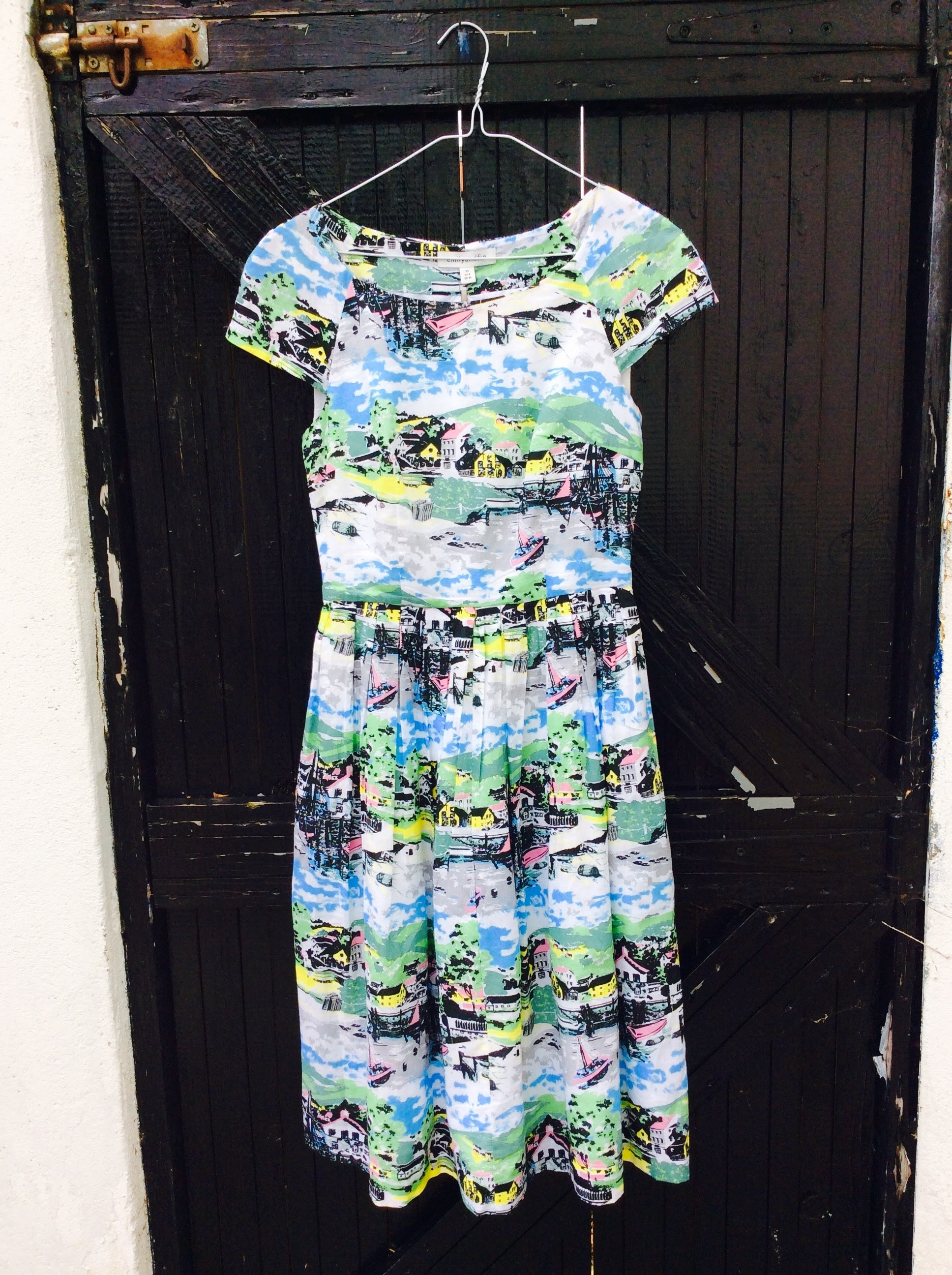 Closer look at the fab vintage print on this cute dress.