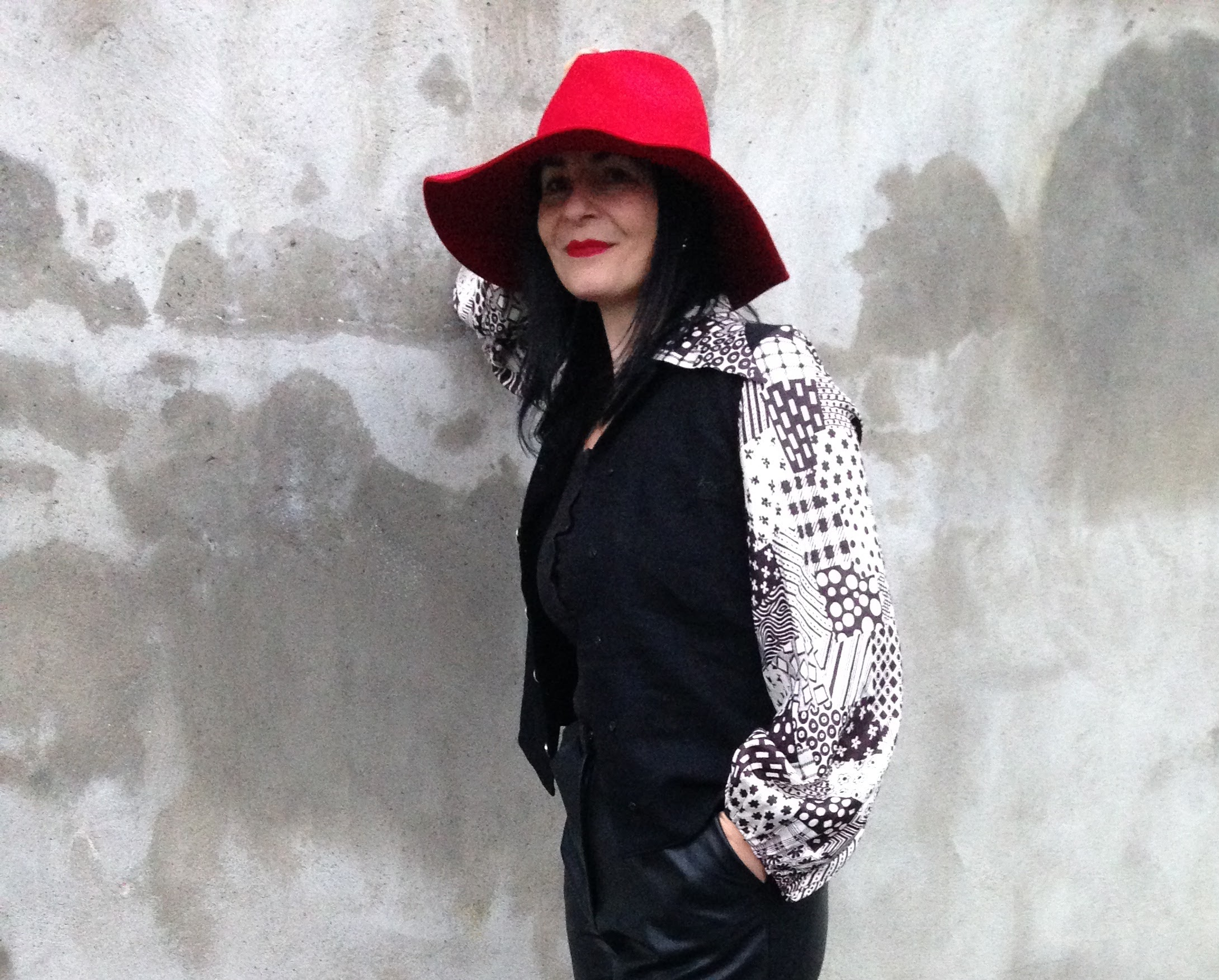 Magic touch of HAPPY RED! Hat from Zara and monochrome top 1970's vintage.