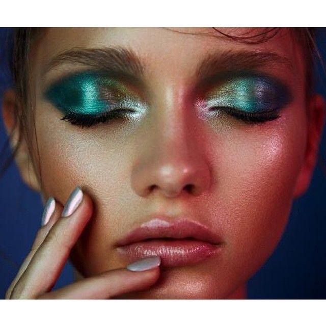 Maquiagem artística com cores vivas