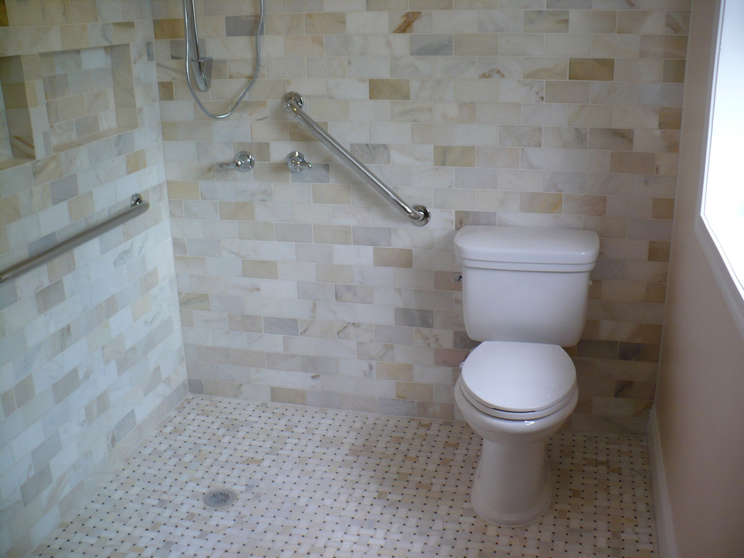Handicap-accessible shower (curbless)