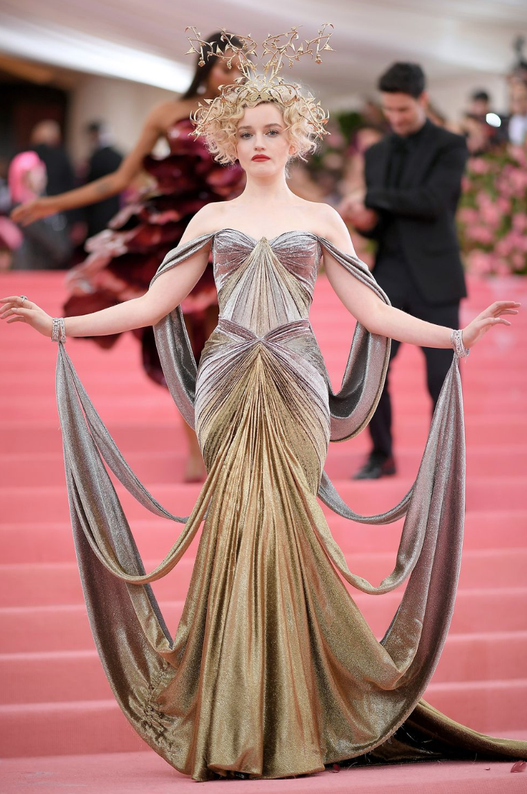 Julia Garner wearing Zac Posen - Can we take a second to really appreciate Zac Posen and his fantastic draping skills. Movement belongs to him and he manages to create beautiful dress that are not just 2d, not just pretty from one angle but are well thought through and really are true pieces of art! Julia wore this stunning 3D-printed vine headpiece that included leaf and berry embellishments. It was printed as a single piece with brass plating, and took over 22 hours!