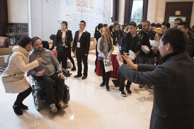 Bei den Gedächtnisweltmeisterschaften 2015 in Chengdu (China) sind viele Fans des 34-jährigen Johannes Mallow angereist. Er ist einer der bekanntesten Gedächtnisprofis der Welt. Viele Fans wollen gerne Fotos mit ihm machen. Foto: Philipp Claudio Sann