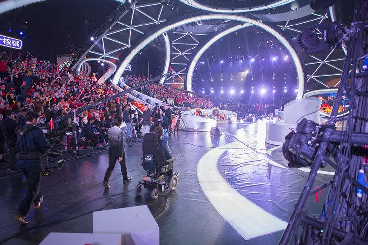 """Johannes Mallow tritt bei der Show """"The Superbrain"""" im chinesischen Fernsehsender JSBC in Nanjing auf. Die Show ist eine der beliebtesten im chinesischen Fernsehen mit bis zu 400 Millionen Zuschauern. Foto: Philipp Claudio Sann"""
