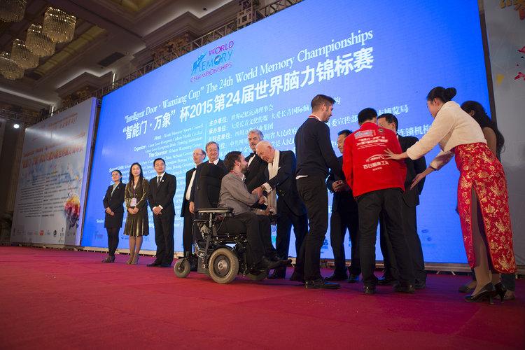 Johannes Mallow wird bei den Weltmeisterschaften 2015 in Chengdu (China) Vierter. Vom Gründer der Gedächtnismeisterschaften Tony Busan erhält er seine Medallie und seinen Pokal.Foto: Philipp Claudio Sann