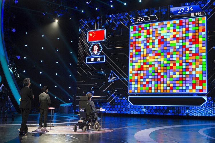 """Bei """"The Superbrain"""", einer der größten Fernsehshows Chinas, tritt Johannes Mallow gegen seinen chinesischen Konkurrenten an. Die Show wird im Januar 2016 in Nanjing (China) aufgezeichnet und regelmaßig von bis zu 400 Millionen Menschen gesehen. Foto: Philipp Claudio Sann"""