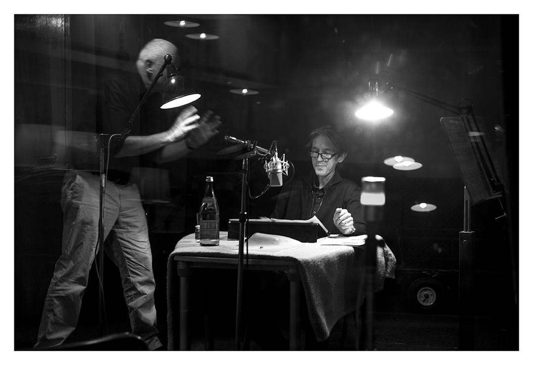 Schauspieler Andreas Schmidt spricht den Text von Ireneusz Grzyb für unsere Videoarbeit  Familenpuzzle . Regie: Jean-Claude Kunert