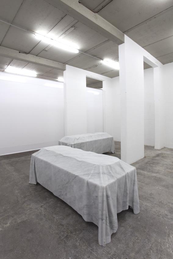 Morgue ,2016, marbre, 80 x 223 x 100 cm  Avec la participation du Centre National des Arts Plastiques