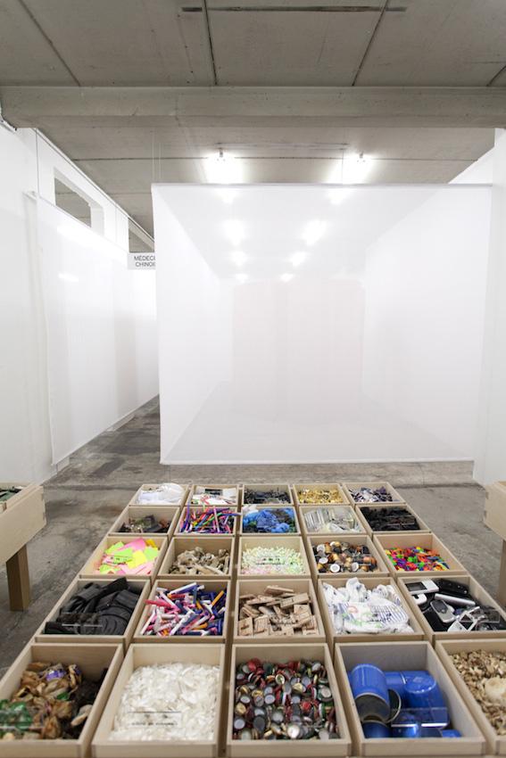 Médecine chinoise, 2016, bois, métal et divers matériaux, 75,5 x 150 x 150 cm