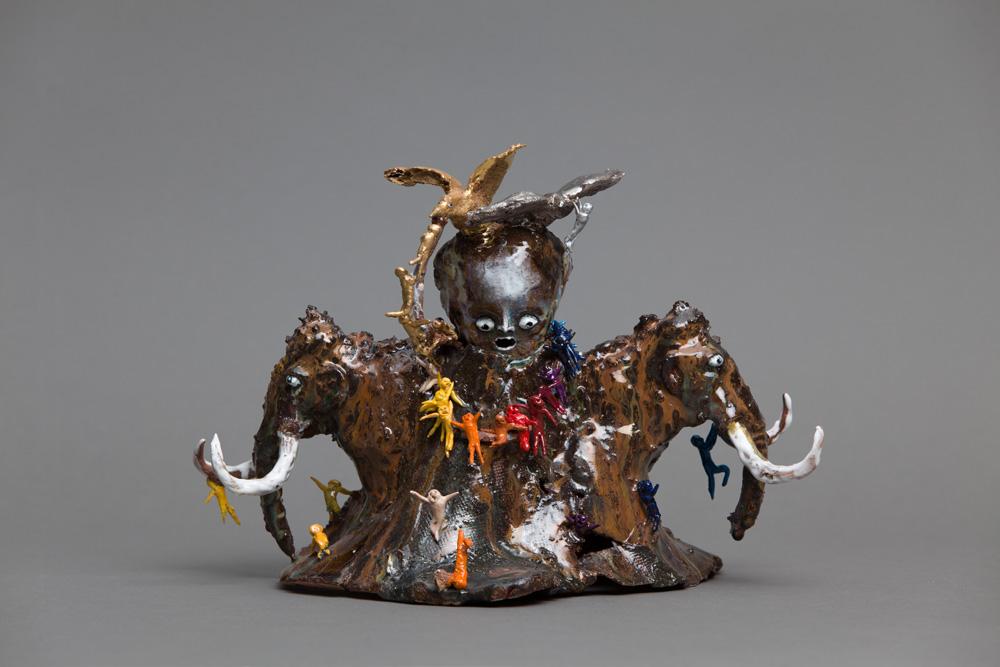 Trophée, 2017, Grès et porcelaine émaillés, or et platine, 28 x 35 x 25 cm