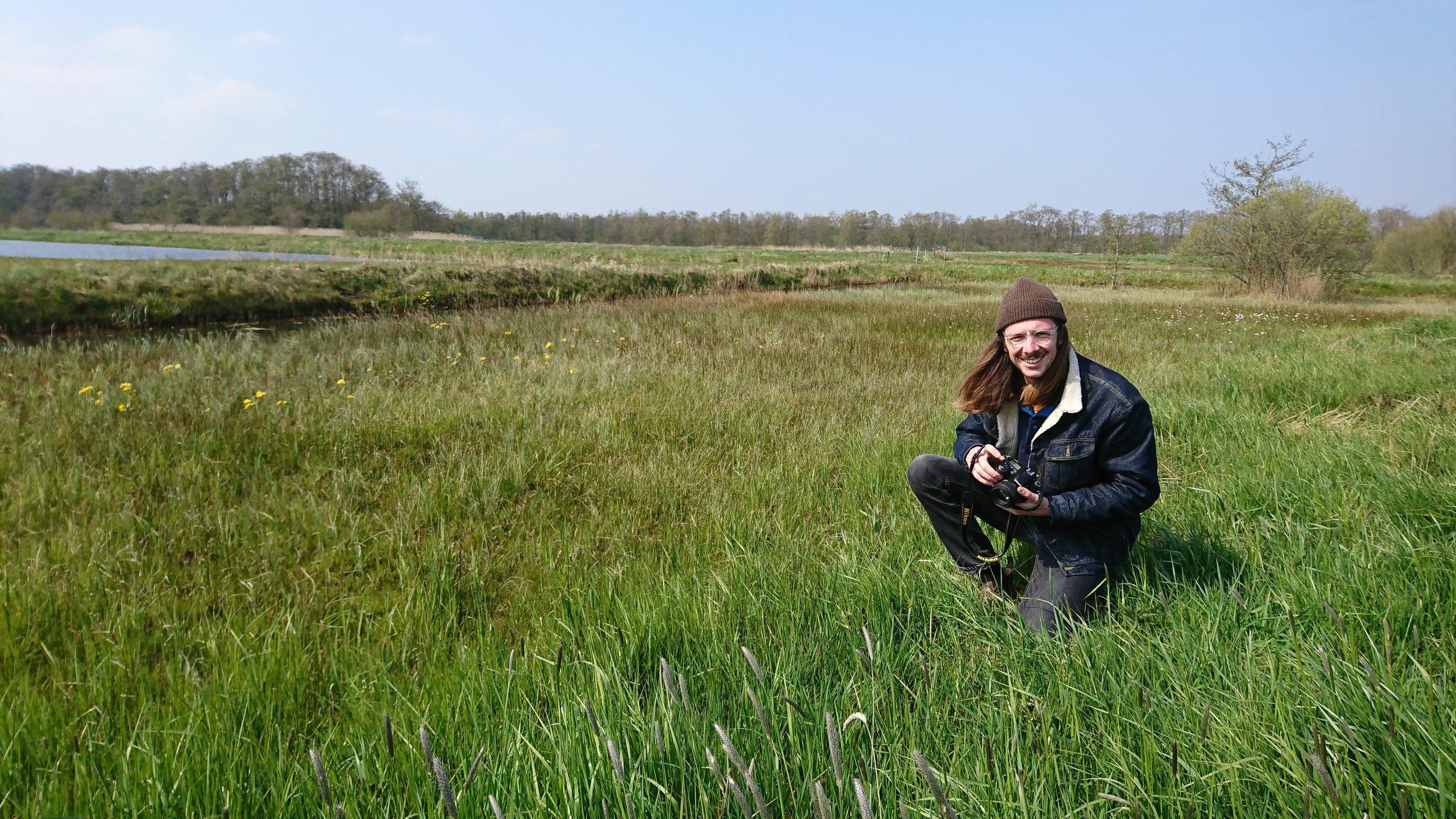 Marijn Filius - Marijn studeert Bos- en Natuurbeheer aan Van Hall Larenstein te Velp. Voor zijn stage is hij bezig met een vlakdekkende vegetatiekartering bij een herstelproject in de Westbroekse Zodden. Staatsbosbeheer heeft hier herstelmaatregelen uitgevoerd om de ontwikkeling van het habitattype blauwgrasland te stimuleren. Om in kaart te brengen of de herstelmaatregelen werken gaat Marijn in het veld aan de slag om de actuele situatie vast te leggen. Naast het maken van de vegetatiekaart zal hij ook alle gegevens in een rapportage vastleggen inclusief een concreet beheeradvies.
