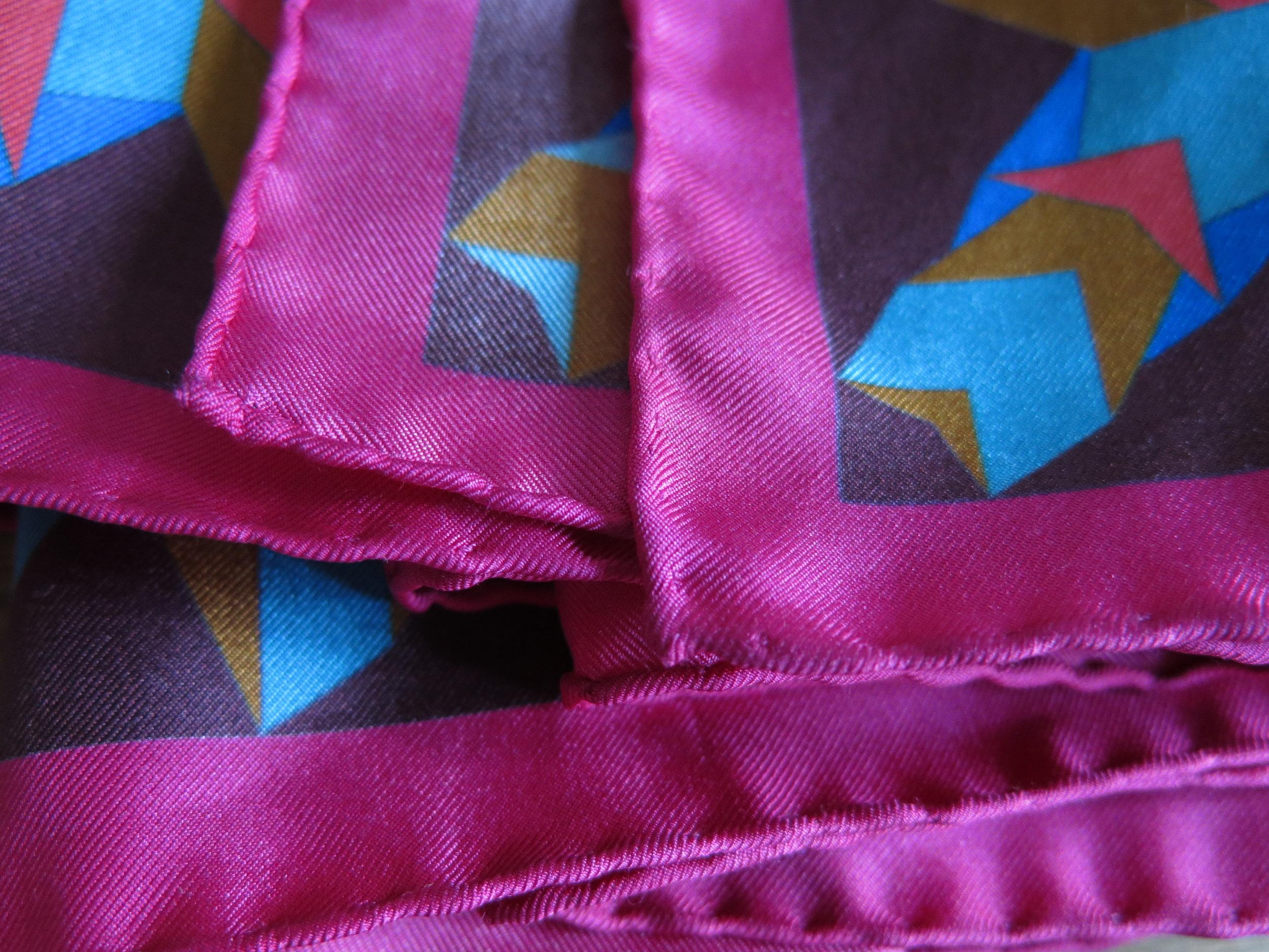 Ourlets roulottés à la main pour les foulards en soie