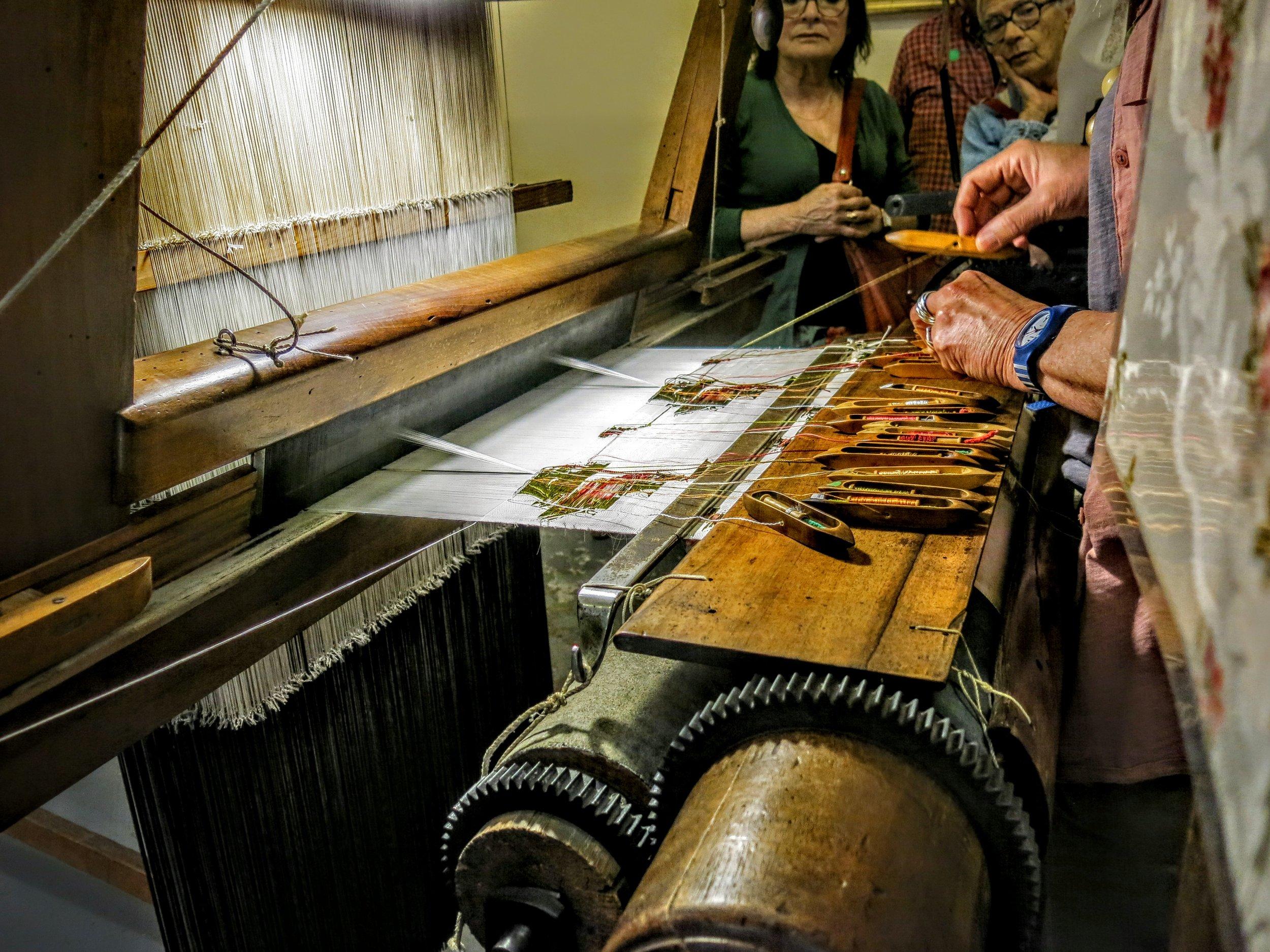 Les canettes qui contiennent le fil coloré pour l'élaboration des motifs en jacquard.