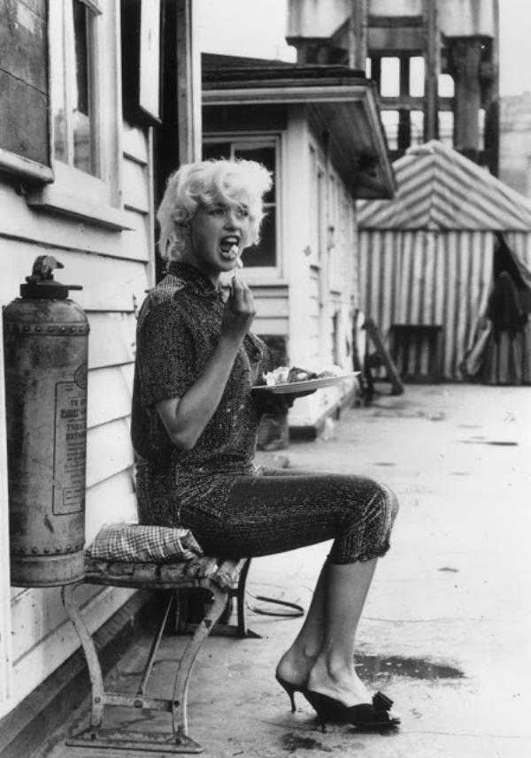 Jayne Mansfield in capris, mules and casual glam.... with a plate of ice cream and fruit.