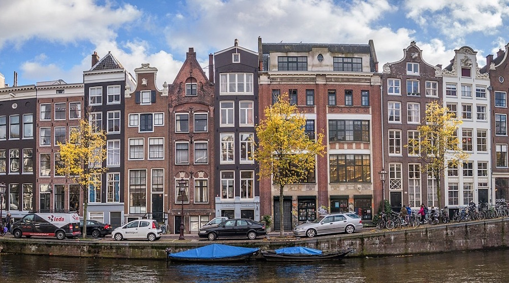 AMSTERDAM - The City of Amsterdam collaborates with sharing platforms to solve social issues and to ensure a sharing economy for all. The city connected their city pass, a free card offering discounts or free entry to events and services for low-income groups, to sharing platforms.