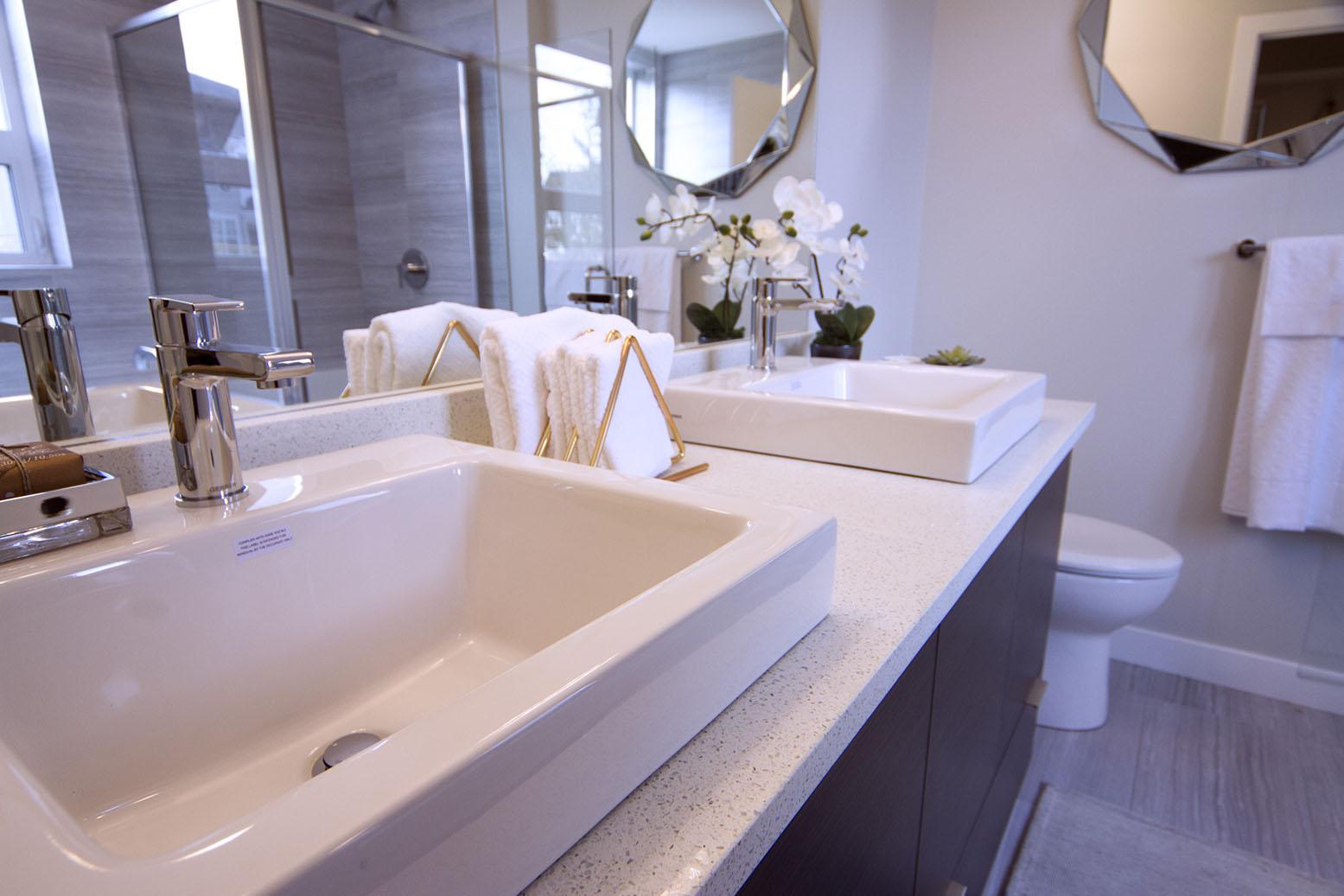 beautiful modern bathroom design by Slokker Homes