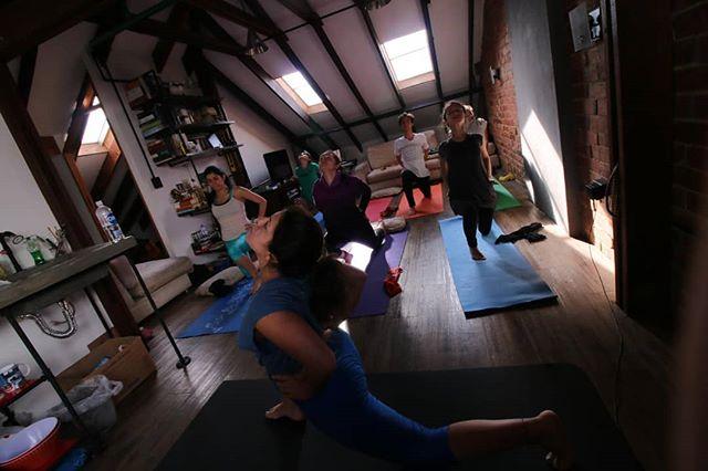 Clase de yoga con Natalia de @chinchillafilms todos los martes los miembros de la casa pueden disfrutar de esta clase sin costo adicional,  para visitantes tiene un valor de $30.000  #bogota #coworking #emprendimiento #emprendediferente #tierrafirme