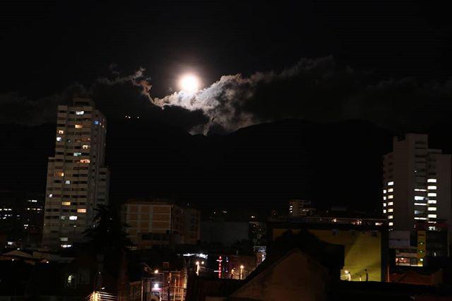 Noches en #tierrafirme una hermosa luna que podemos ver desde nuestro #helipuerto  #tierrafirme #emprendediferente #emprendimiento #emprender #chapinero #bogota #coworking