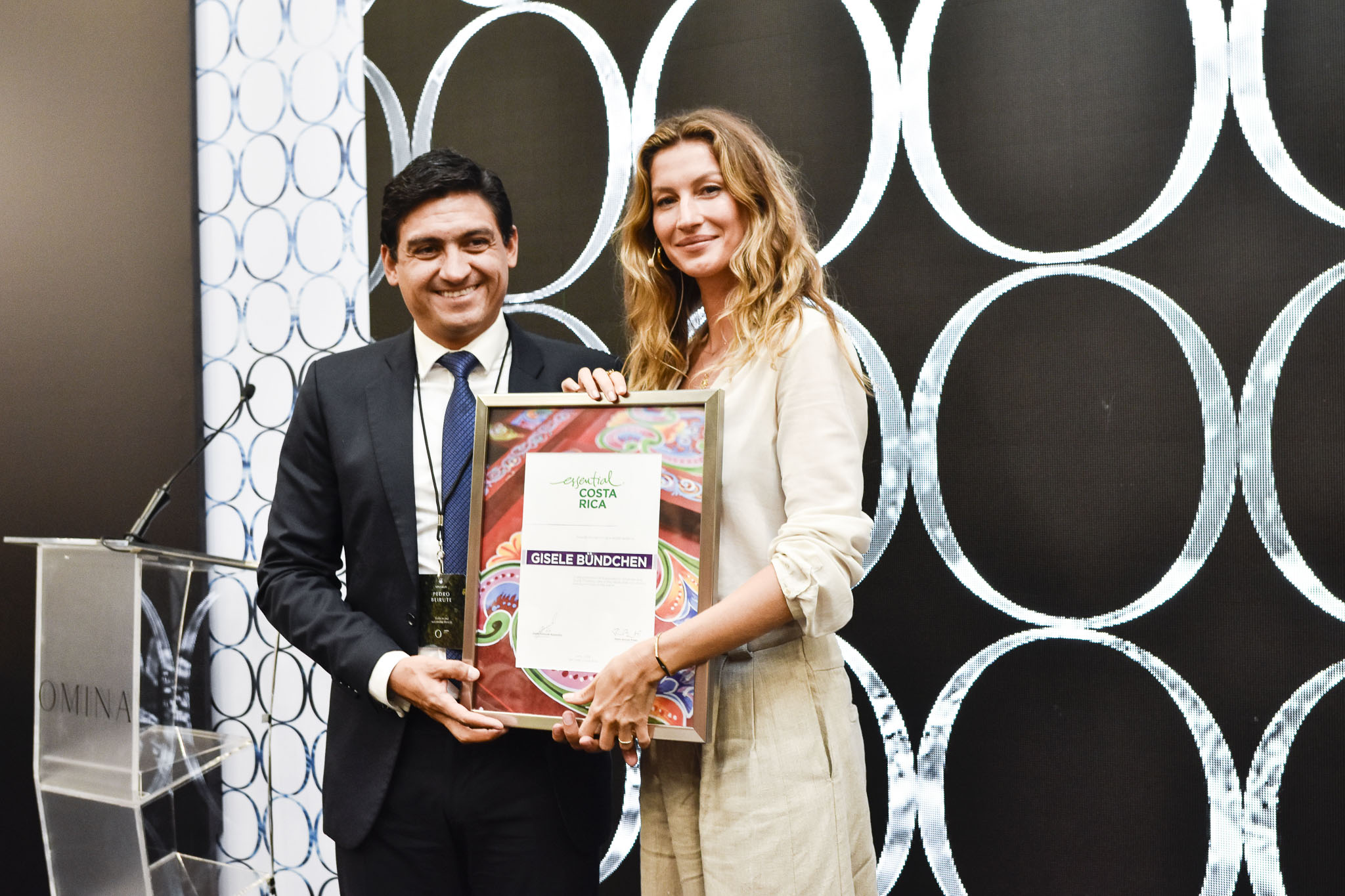 Pedro Beirute, Director of the Costa Rican Promotion Office for Foreign Trade, with Gisele Bündchen.