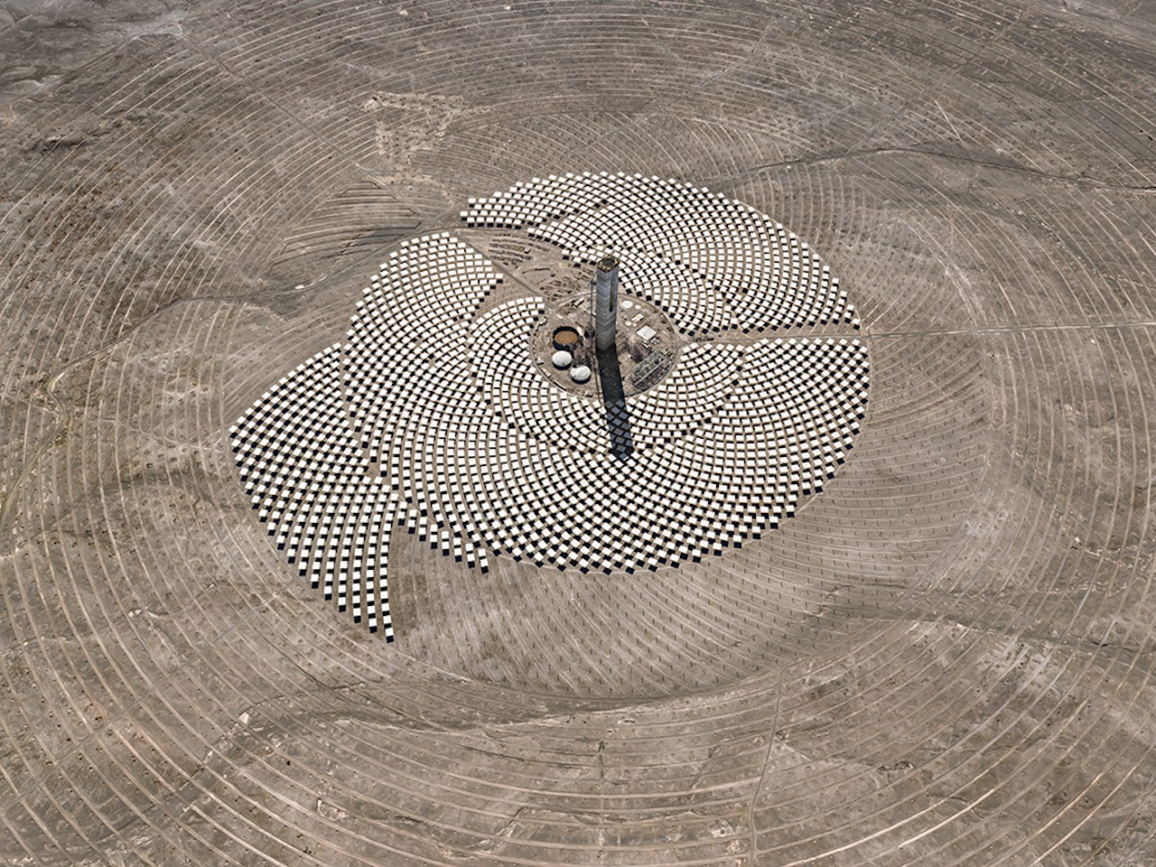 Cerro Dominador Solar Project #1, Atacama Desert, Chil, 2017 / Photo: © Edward Burtynsky, courtesy of Flowers Gallery, London/ Nicholas Metivier Gallery, Toronto.