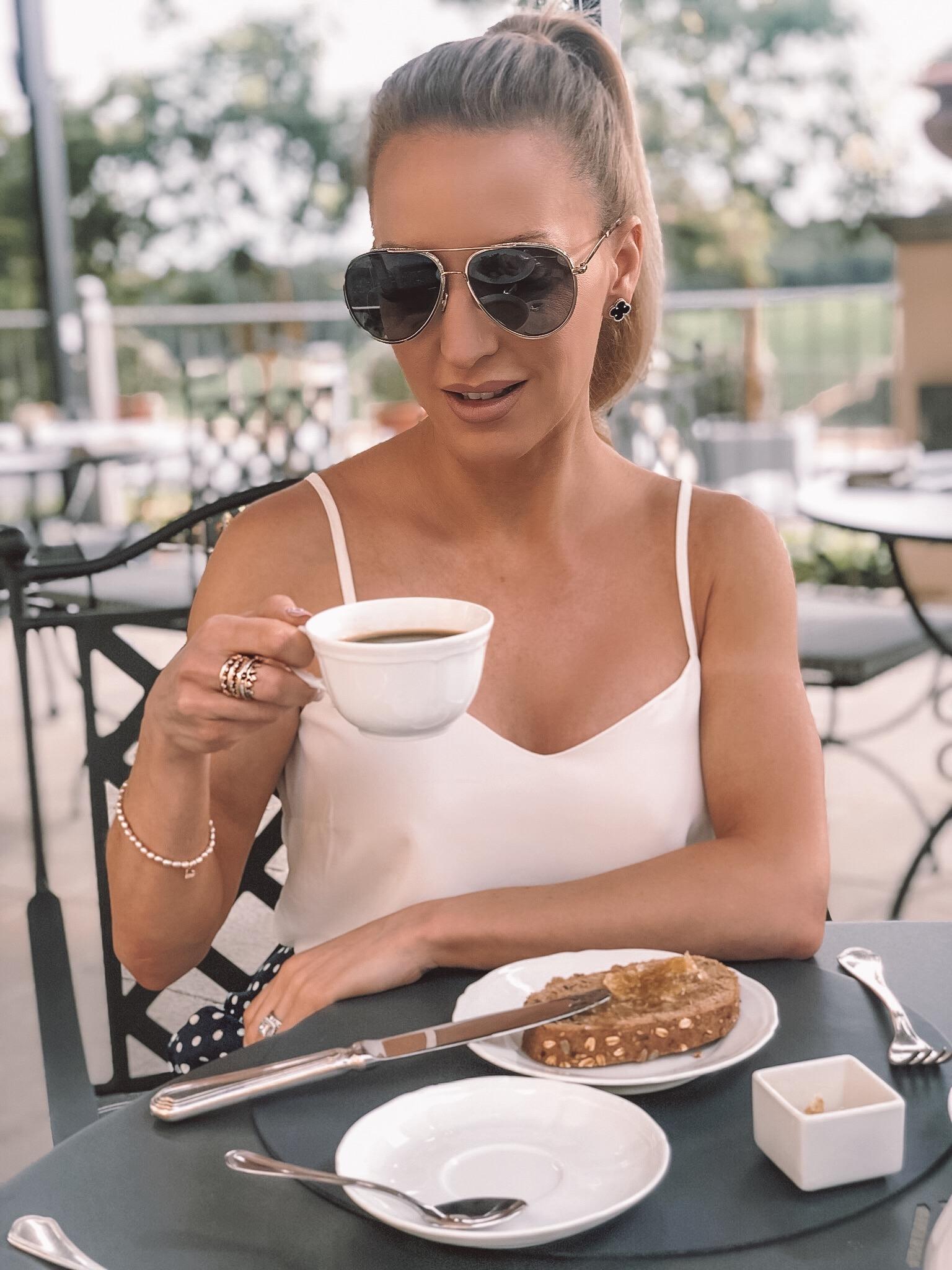 fresh summer makeup looks Eve Dawes drinking coffee long lasting makeup