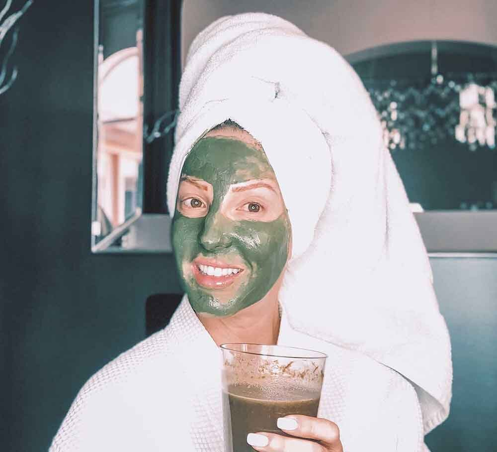 adult acne treatment Eve Dawes using green face mask green smoothie