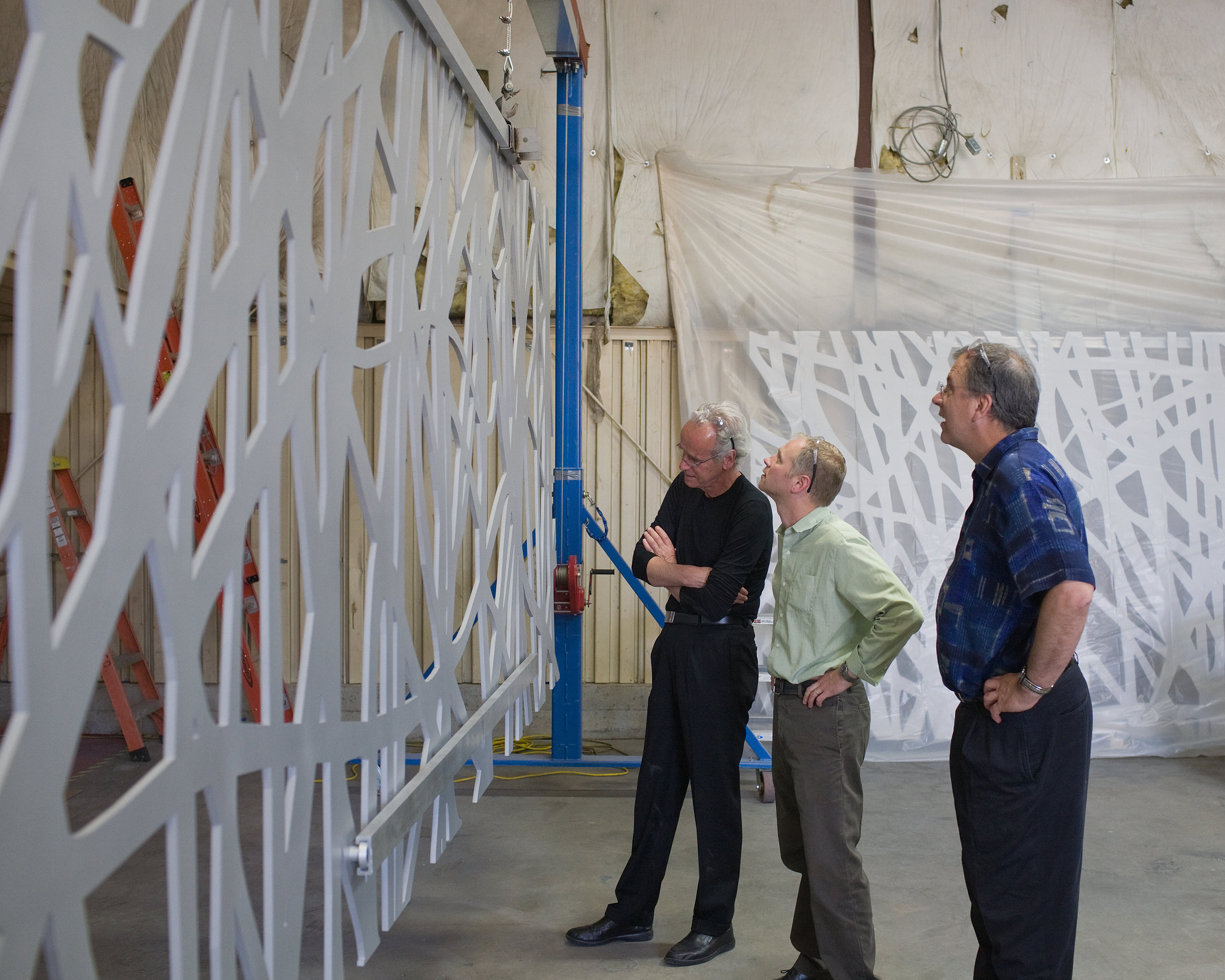 Artist Jan Hendrik inspects his  Patio de las Jacarandas  mock-up with Paul Martin & Bill Zahner