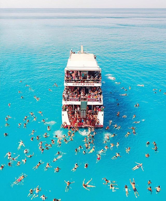 Everyone climbing on the New Year's resolution boat. But if your goal is to travel more, we support you 😉. #seatdreamzzz photo via @spathumpa