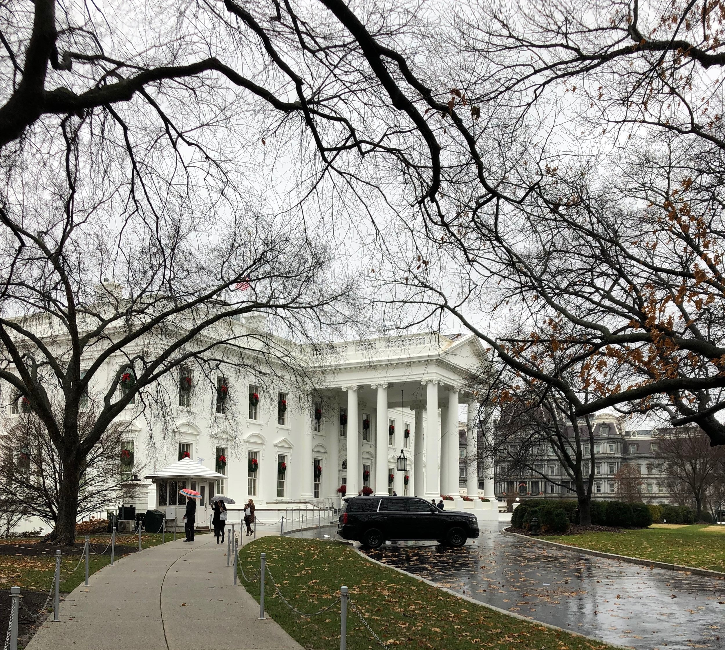White-house-christmas-2018-front-facade
