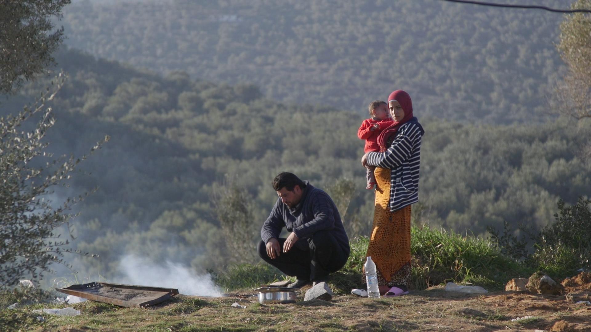 Lesbo - Una famiglia di rifugiati siriani accampata accanto al campo di Moria.