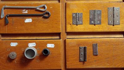 Takohaka, musta: 100 mm, 125 mm, 150 mm, hinta 7,5 eur (sisältää 2 kpl sinkilää) Kaapinsaranat, runsaasti erikokoisia (rauta, niklattu tai messinki). Alkaen 1 e/kpl