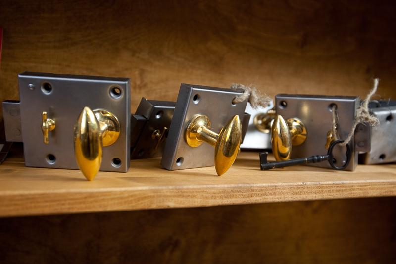 Kamarioven lukko, Kulturbeslag, uusi. Sisätää lukon, vastakappaleen, avainkilven, ruuvit ja avain. Hinta 100 eur/kpl.