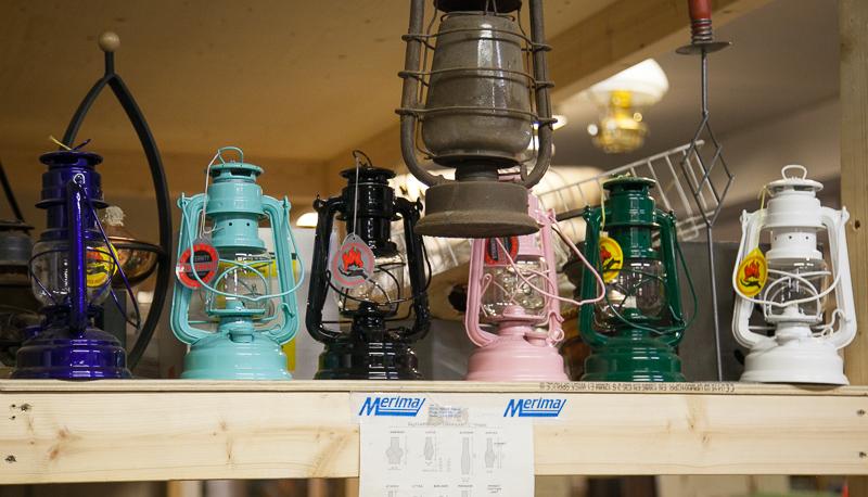 Öljylamput, saksalainen (Feuerhand Hurricane Lantern). Maalatut mallit 39 eur, metallinvärinen 49 eur.