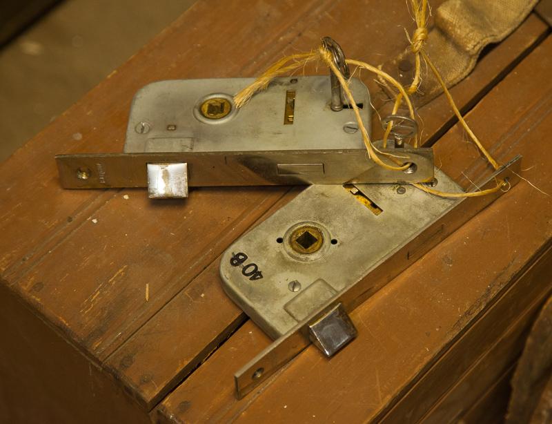 Lukkorungot peili ja parioviin, hinta avaimella 49/59 e/kpl, ilman avainta 39 e/kpl.