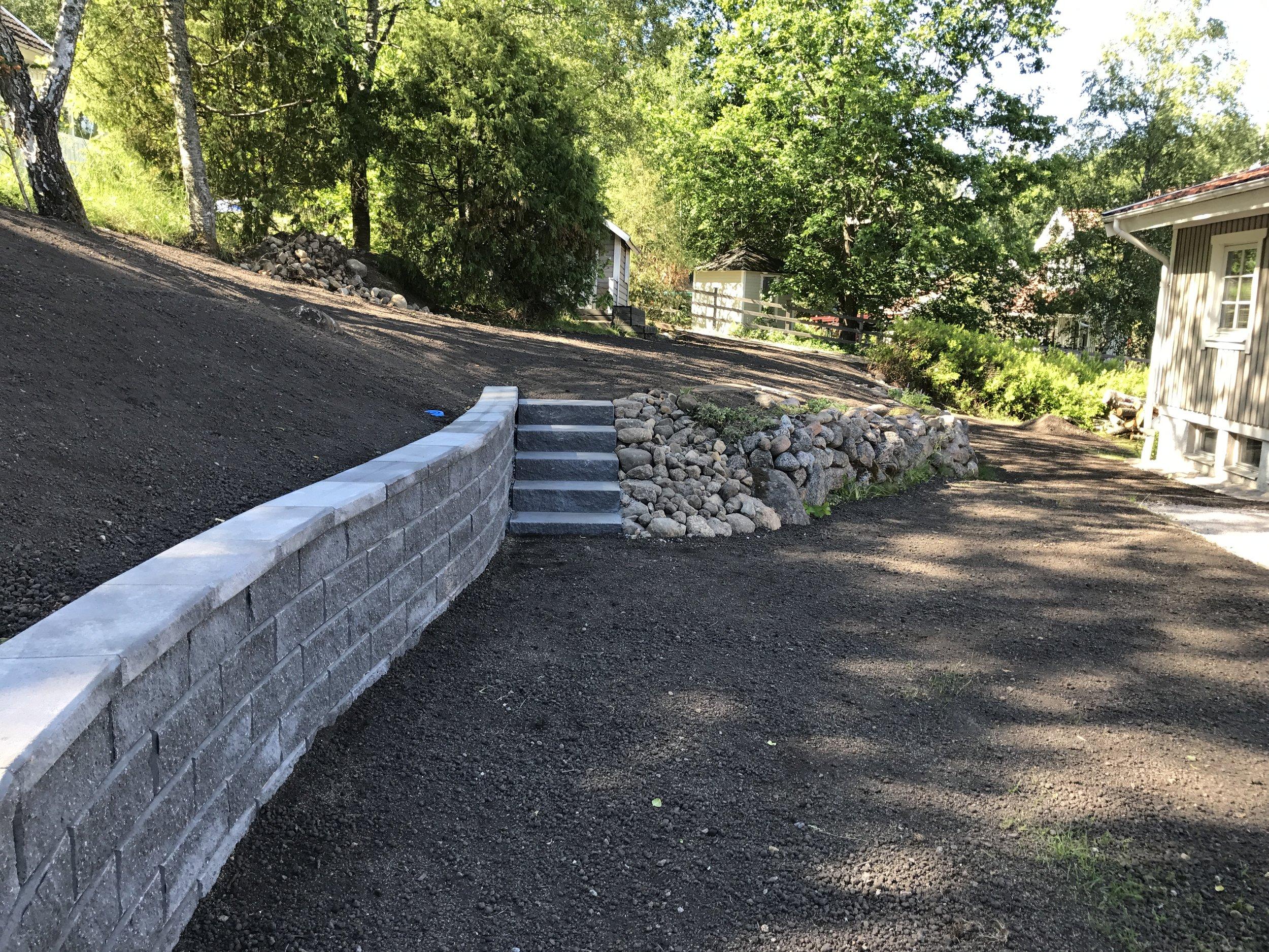 mur och trapp övergång till natusstensmur 0446.JPG