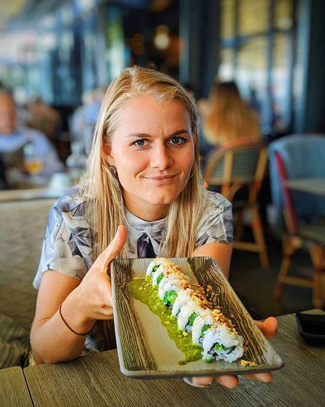 🥑VEGAN SUNDAY BRUNCH🥑 Det er søndag og dags for den veganske spisestedspalten🙆🏼♀️ Denne ukens matstopp ble: @asiaoslo . Vanligvis har de en egen vegansk meny, men i sommer har den visst ikke vært i bruk. Likevel har de tydelige merking på menyen som viser hva som inneholder allergener og samt hvilket retter som er veganske. Og vegansk retter er det fremdeles en del av. Jeg ELSKER sushien, og det er den jeg vil løfte frem i dag! Det er nemlig den beste sushien jeg har spist i Norge. Vanligvis får man bare agurk og avokado når man bestiller vegansk sushi, til og med på @alexsushi_ 🤦🏼♀️På Asia blander de inn forskjellige grønnsaker, sopp og smaker, til og med tørket quinoa på toppen og syyyykt digge sauser 😋 De pleier å ha flere varianter, men de to som er nå er rågode de og. . Jeg liker også godt edamamebønnene og de sprøstekte potetene de serverer. Har også pleid å spise green curry, men porsjonen er veldig liten, just FYI. Ellers er det freshe og varme lokaler, litt sånn upbeat stemning og alltid mye folk. Det er store lokaler og to etasjer. Om man sitter nede kan man se når de lager mat, det digger jeg! Det går også an å sitte ute. De har mange servitører og de er stort sett raske og dyktige. Vanlige priser, men mindre porsjoner. Og det er vel like greit.  Sååå.. Just go grab that sushiiiiii🍣🍙 GOOOOD SØNDAG 🙋🏼♀️🤸🏼♀️ . #powerladies #veganbrunch #veganskmat #vegansk #miljø #klima #bærekraft #aktiv #grønnlivsstil #livsstilsendring #livsstil #endring #mat #matprat #kjærlighet #suntoggodt #bakst #turjenter #matglede #treningsglede #matvlogg #matinspirasjon #middag #oslo #norge #inspirasjon