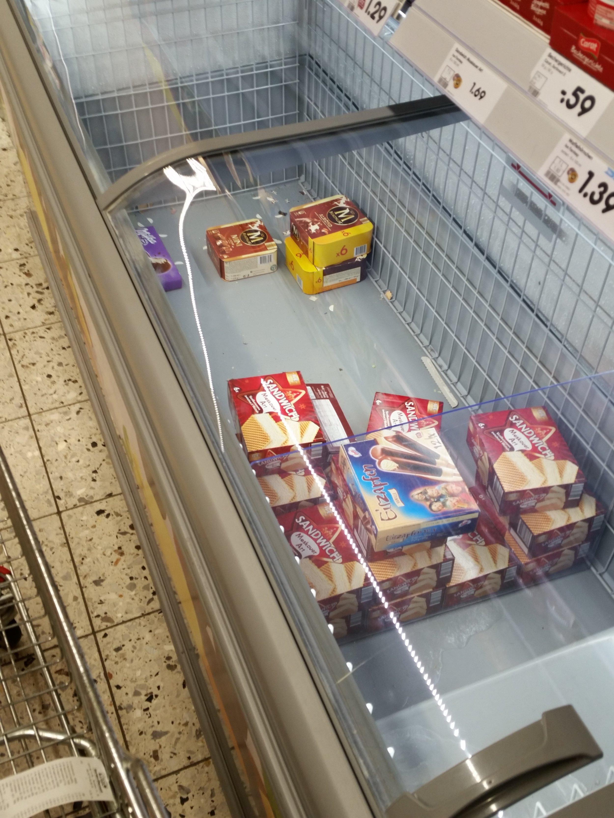 Fast leergekauftes Eisregal im Netto - allerdings schon im Juni. Quelle: Sash
