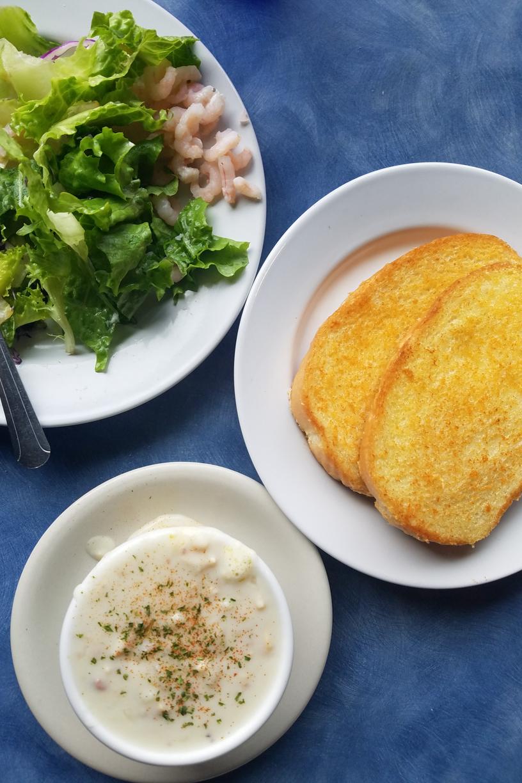 Mo's Restaurant. Salad, Chowder, and Bread. Favorite Foods in Oregon. Splendid Wonders Blog