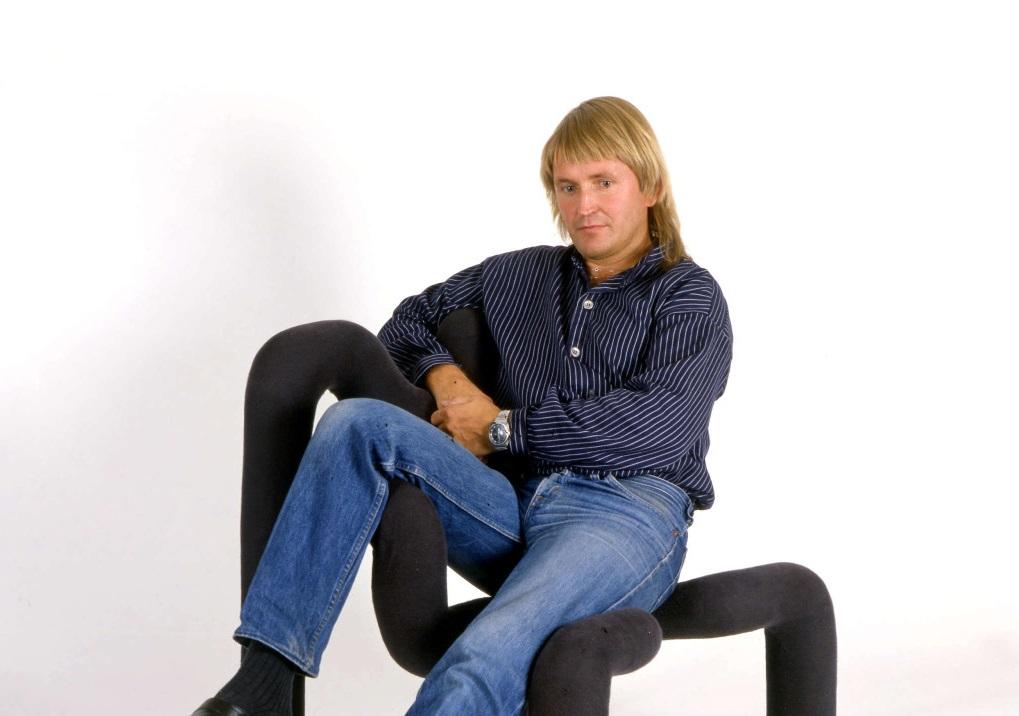 Designer Terje Ekstøm sittende i sin ikoniske stol en gang på åttitallet.
