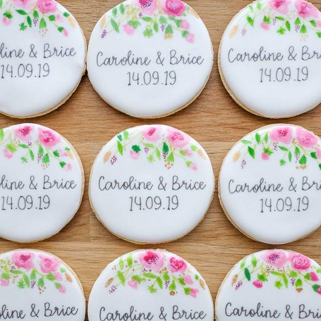Quand je vous disais qu'il s'était passé plein de jolies choses le week-end dernier! 💕💕💕 Il y a également de beaux événements demain mais il faudra patienter un peu pour les photos 😉 Merci aux jeunes mariés pour leur confiance, et tous mes vœux de bonheur💕 🌸✨ • contact@suziebiscuits.com • • #wedding #typo #floral #watercolor #chic #aquarelle #surmesure #suziebiscuits #bio #vegan #organic #biscuitsglaces #faitavecamour #cookieartist #sweeterie #decoratedcookies  #faitmain #biscuiterie #sablespersonnalises #fabriqueenfrance  #petitsbiscuits #biscuitsdécorés #madeinfrancewithlove #artisan #savoirfaire #artisanat #madeinfrance #petiteentreprise