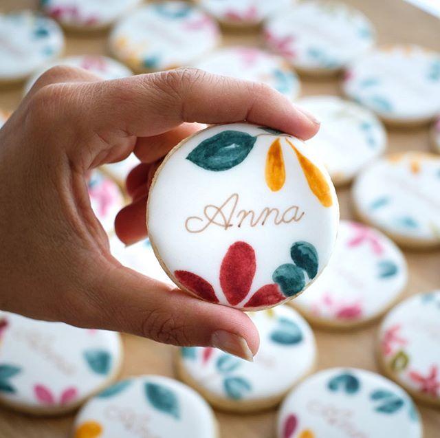 Des biscuits inspirés du joli faire-part réalisé pour Anna. Vous l'aurez deviné, j'ai adoré ce projet! Merci beaucoup Aurélie ♥️♥️♥️ • contact@suziebiscuits.com • • #bapteme #typo #floral #watercolor #chic #aquarelle #surmesure #suziebiscuits #bio #vegan #organic #biscuitsglaces #faitavecamour #cookieartist #sweeterie #decoratedcookies  #faitmain #biscuiterie #sablespersonnalises #fabriqueenfrance  #petitsbiscuits #biscuitsdécorés #madeinfrancewithlove #artisan #savoirfaire #artisanat #madeinfrance #petiteentreprise