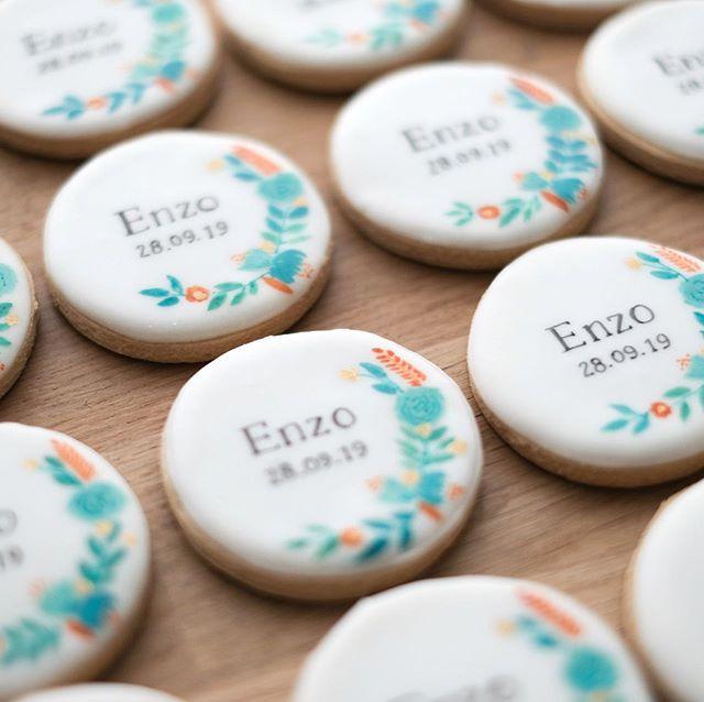 Samedi dernier a eu lieu le baptême de Enzo 💙🧡 Un grand merci à sa maman pour sa confiance et sa patience à toute épreuve!  L'aquarelle est une technique qui me plait vraiment, comme vous le voyez! Un autre set a été expédié ce matin d'ailleurs. Je vous le montrerai très bientôt! Autres couleurs, autres modèles floraux, autres typographies, je vous laisse le choix 💕 • contact@suziebiscuits.com • • #watercolor #floral #gold #mint #chic #aquarelle #surmesure #suziebiscuits #bio #vegan #organic #biscuitsglaces #faitavecamour #cookieartist #sweeterie #decoratedcookies  #faitmain #biscuiterie #sablespersonnalises #fabriqueenfrance  #petitsbiscuits #biscuitsdécorés #madeinfrancewithlove #artisan #savoirfaire #artisanat #madeinfrance #petiteentreprise
