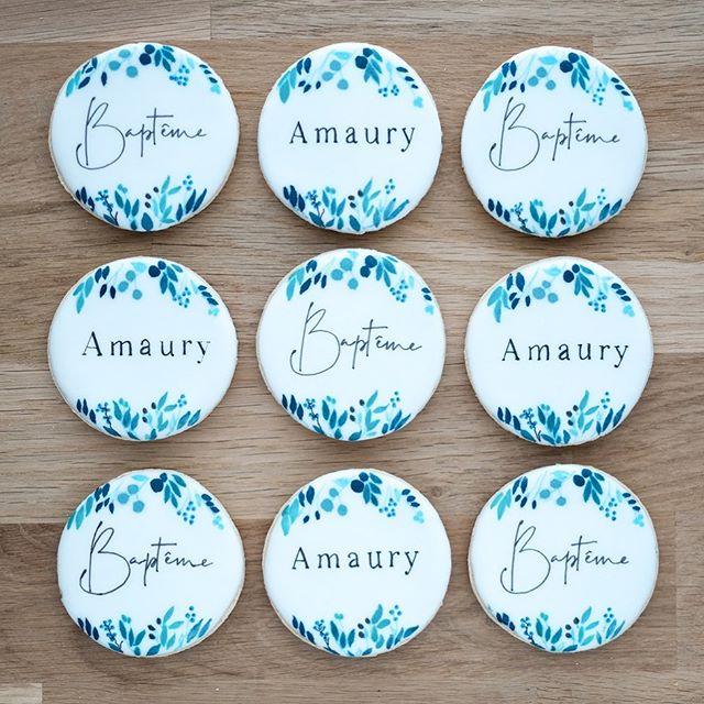 Le week-end dernier c'était aussi la fête chez la famille d'Amaury 💙💙💙 Un nouveau design, de nouvelles typos, une nouvelle palette de couleurs, j'aime! • ✨Merci d'avance de me laisser un petit commentaire pour m'aider à booster la visibilité ✨ J'ai comme l'impression d'un essoufflement dans la diffusion des posts! Les algorithmes nous jouent-ils encore des tours?  Belle journée à tous 💙💙💙 • contact@suziebiscuits.com • • #watercolor #floral #lettering #bapteme #chic #blue #aquarelle #suziebiscuits #bio #vegan #organic #biscuitsglaces #faitavecamour #cookieartist #sweeterie #decoratedcookies  #faitmain #biscuiterie #sablespersonnalises #fabriqueenfrance  #petitsbiscuits #biscuitsdécorés #madeinfrancewithlove #artisan #savoirfaire #artisanat #madeinfrance #petiteentreprise
