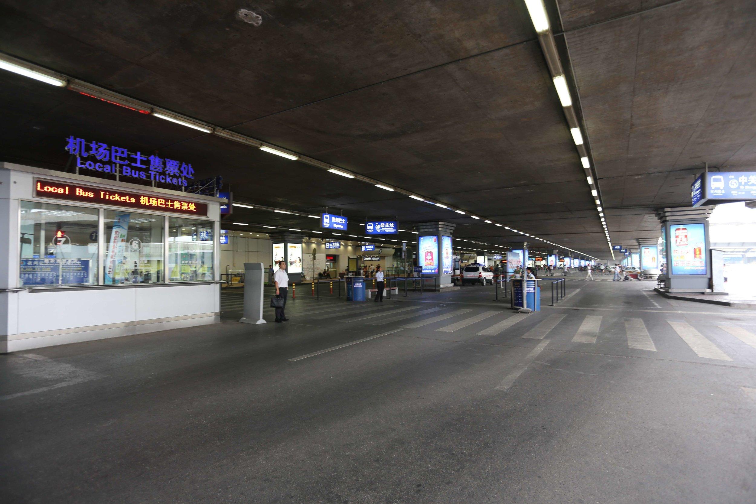 عند الخروج من مطار العاصمة بكين الدولي كان هذا المنظر