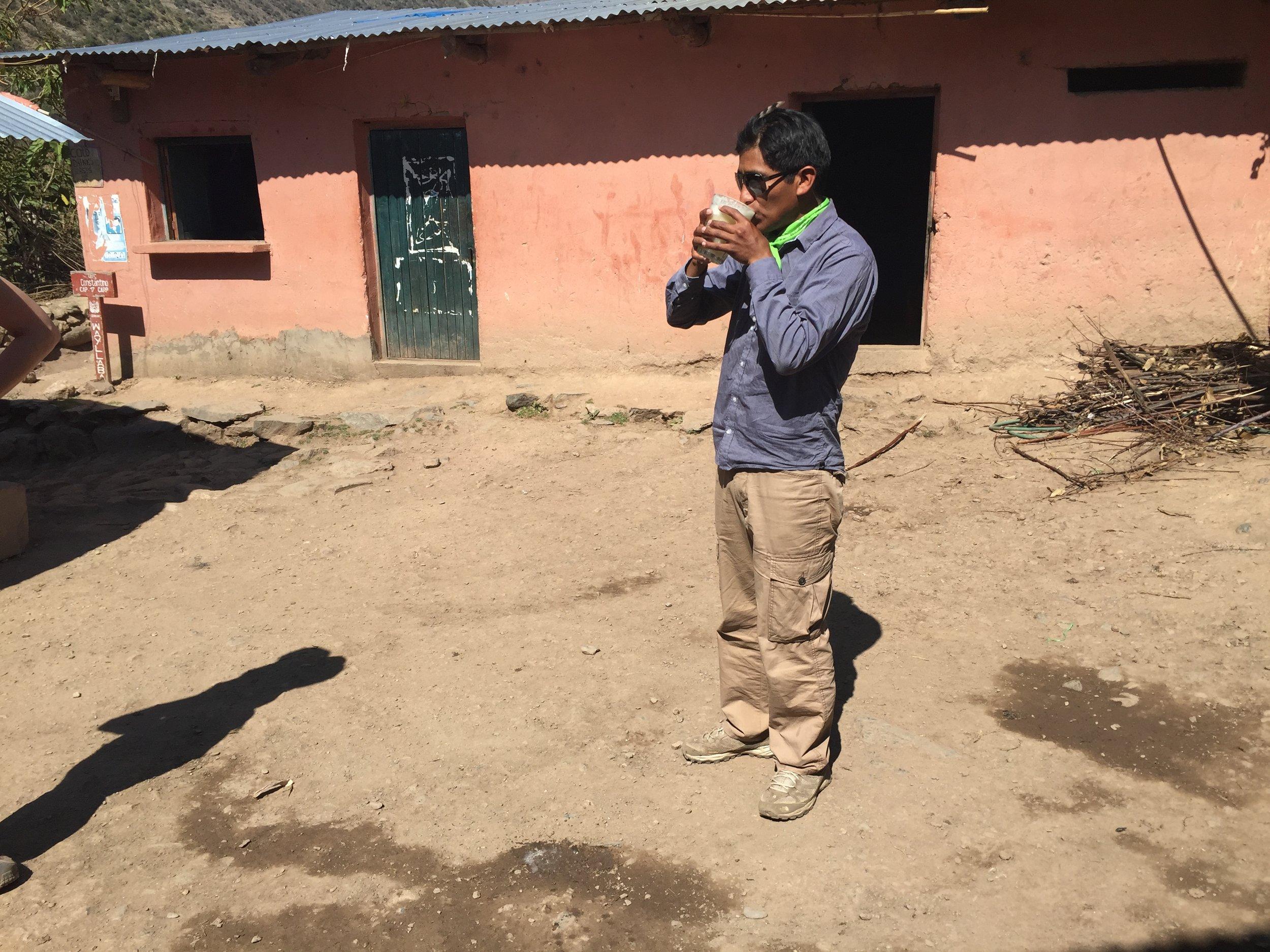 السيد والي وهو يمارس أحد طقوس الإنكا في شرب التشيتشا