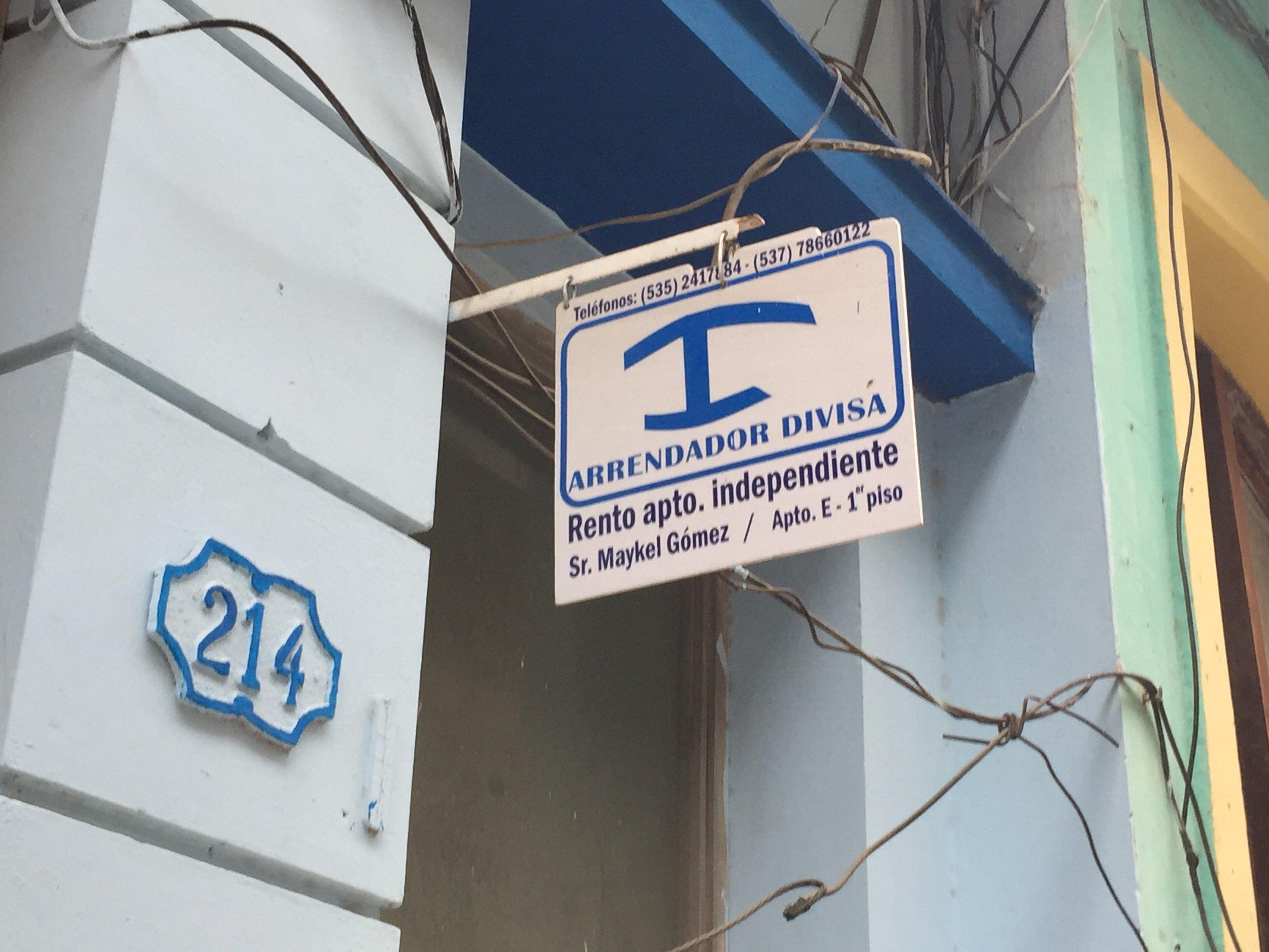 علامة توضع أما المنازل المخولة بغستضافة السياح